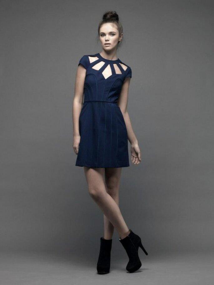 Vestido de fiesta corto en color azul marino con escote asimétrico - Foto Catherine Deane