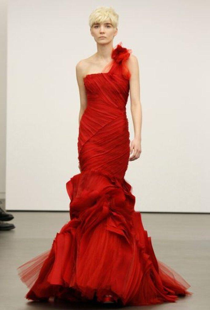Robe de mariée rouge, coupe sirène et manche asymétrique, Vera Wang 2013. Photo: Vera Wang