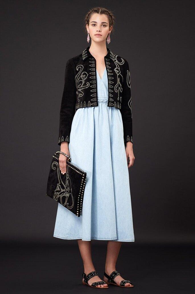 Chaqueta de terciopelo con bordados artesanales sobre un vestido de fiesta midi en color azul pastel - Foto Valentino