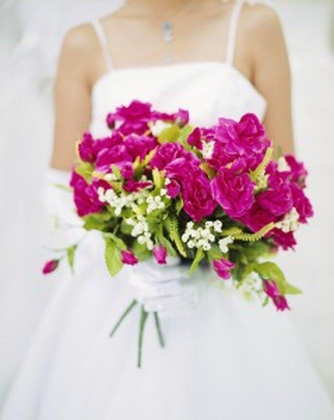 Um bouquet de noiva de flores e cores variadas