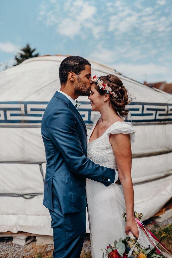 Le Nomade Lodge - Le marié embrasse son épouse devant la yourte