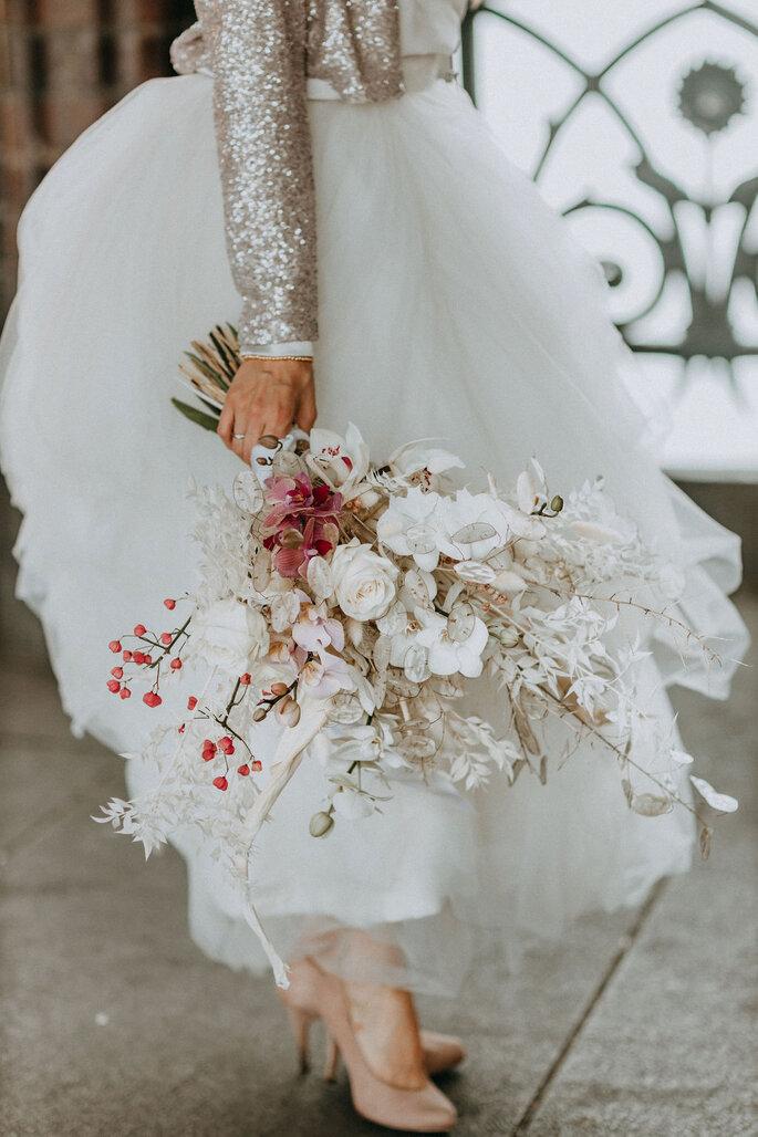 Elopement Fun Wedding Shooting Braut mit Brautstrauß