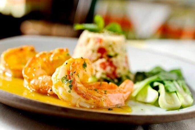 lindo prato com camarões para casamento