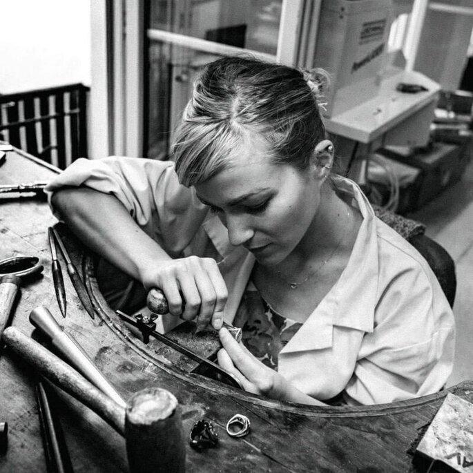 Flavie Paris dans son atelier parisien FLAV Joaillerie.