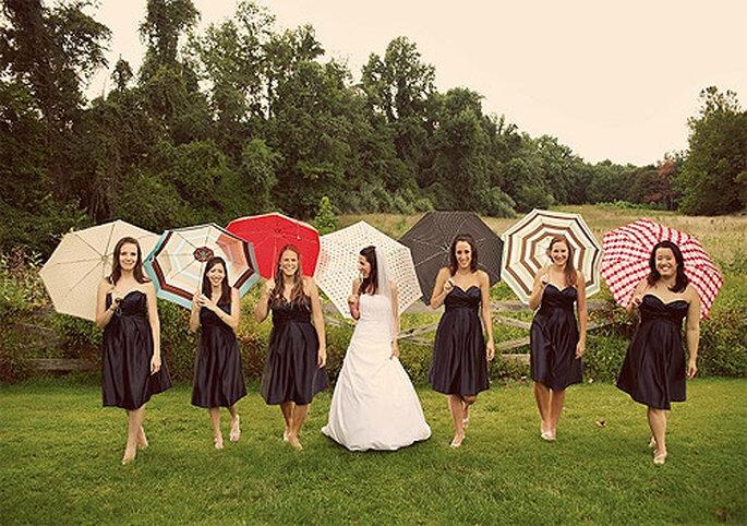 Todas las novias deberían pensar también en su paraguas de boda. Foto: Kate Magee