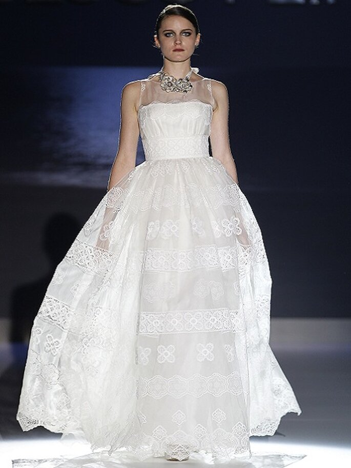 Robe de mariée taille haute et jupe volumineuse. Collection Jesus Peiró 2013 Photo Barcelona Bridal Week