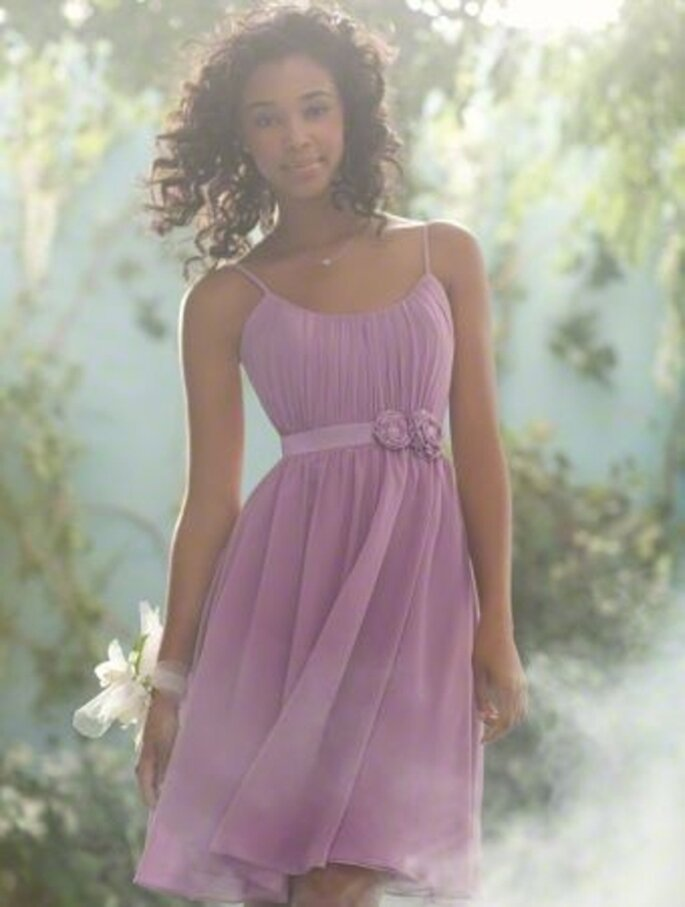 Vestido corto para dama de boda en color lila inspirado en Disney - Foto Alfred Angelo