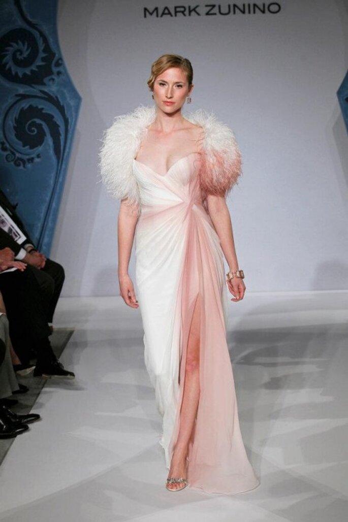 Robe de mariée rose et blanche - Photo: Mark Zunino pour Kleinfeld 2013