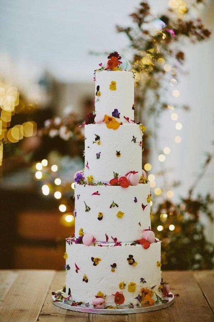 Hochzeitstorte 4-stöckig minimalistisch mit Blütenverzierung Frühling