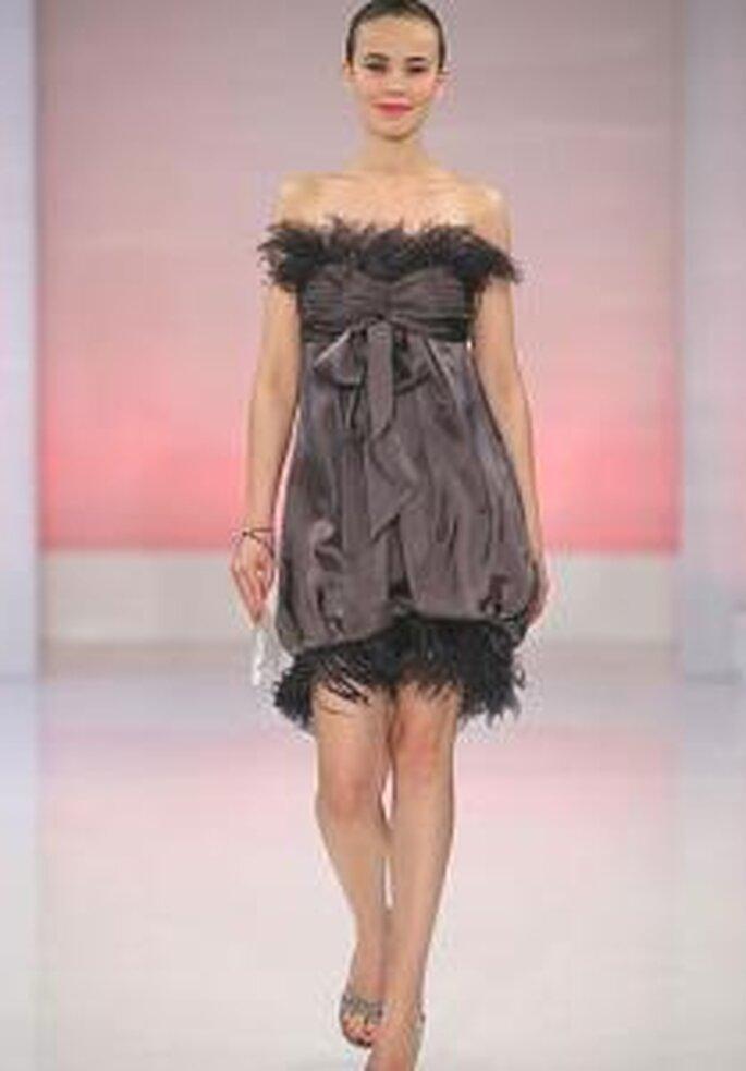 Cymbeline 2009 - Vestido corto marrón de corte imperio, palabra de honor. Apliques de plumas