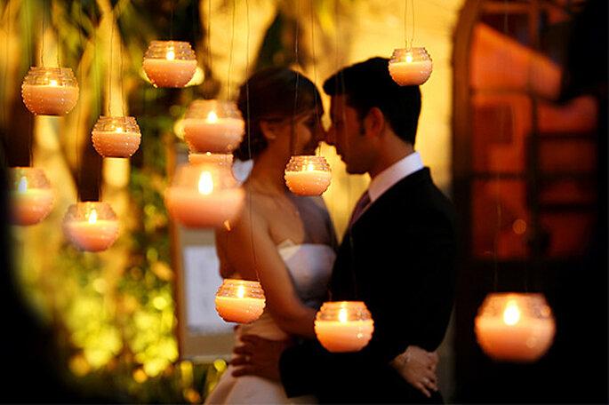 Las velas son imprescindibles en la decoración de una boda navideña. Foto: Byfotografos