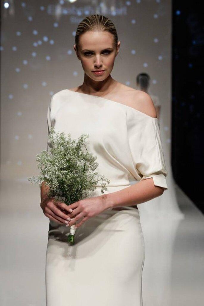 Vestido de novia 2014 con cuello ojal asimétrico y silueta minimalista - Foto Elizabeth Stuart