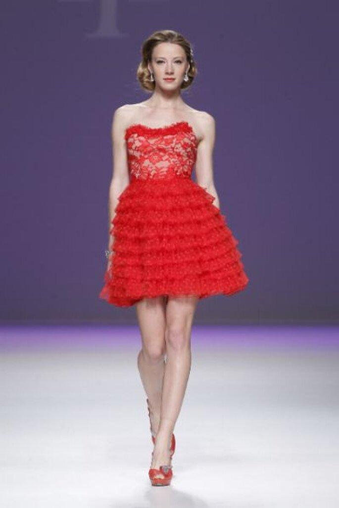 Kurzes Brautkleid in Rot aus der Kollektion von Ana Torres