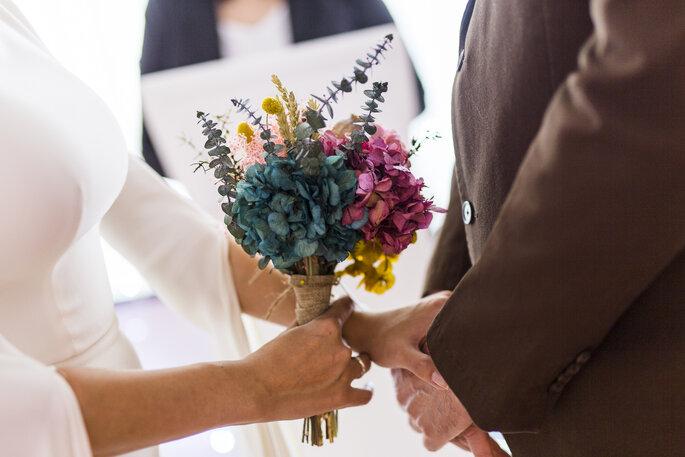 novia con ramo sujeta la mano novio