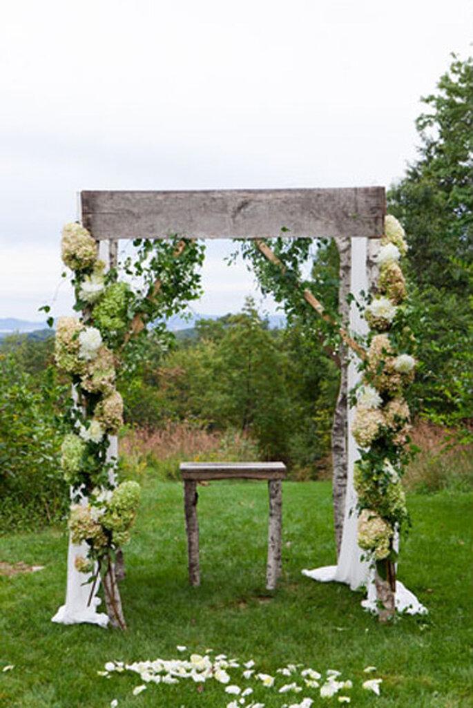 Romantisch und rustikal – die Altardeko für Draußen – Foto: Heather Waraksa