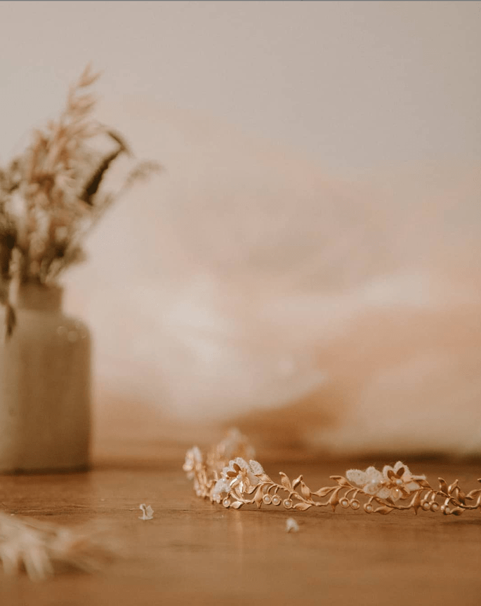 Couronne de mariée avec des fleurs - accessoire