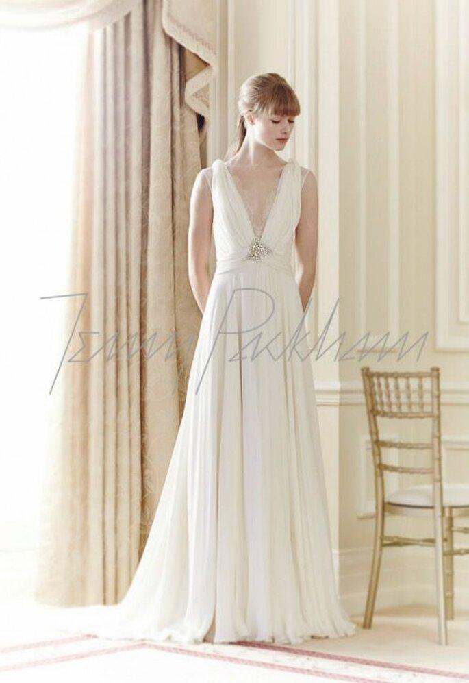 Vestido de novia 2014 en color blanco con tirantes gruesos, escote pronunciado en V y detalle de pedrería - Foto Jenny Packham