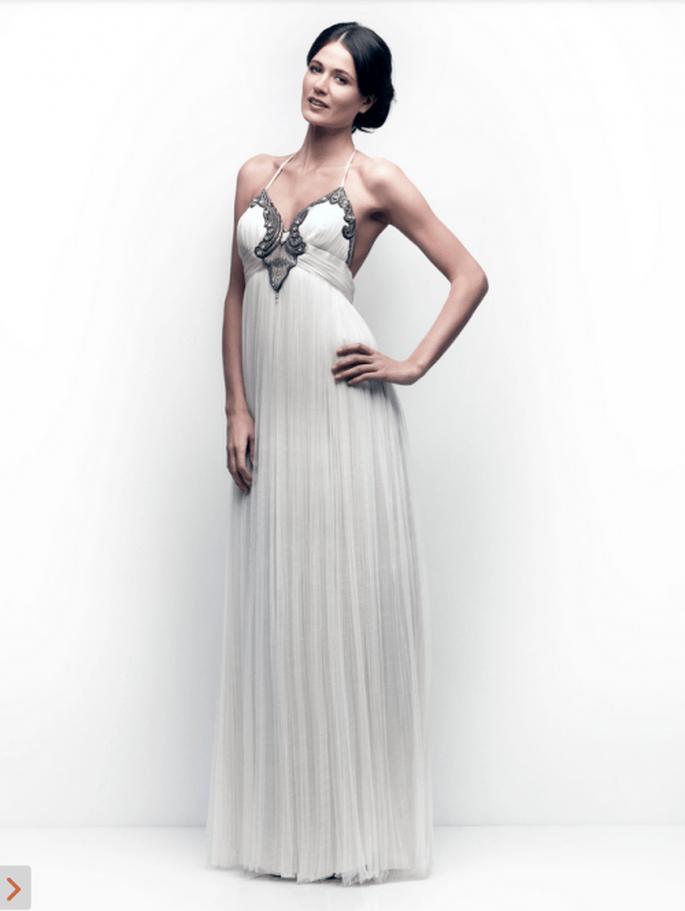 Vestido de novia simple con caída recta y detalles en color metálico en el busto - Foto Catherine Deane