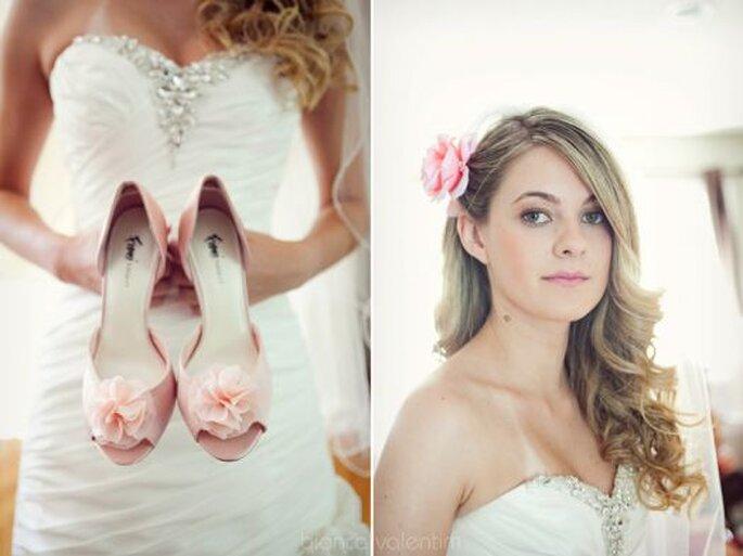 Zapatos y accesorios para novia en color rosa. Foto: Bianca Valentim