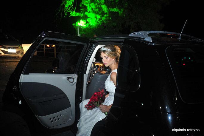 Carro preto moderno para noiva chegar ao casamento