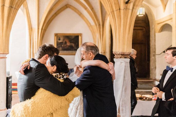 Nach der Trauung. Glückwünsche der Gäste für das Brautpaar nach Trauung