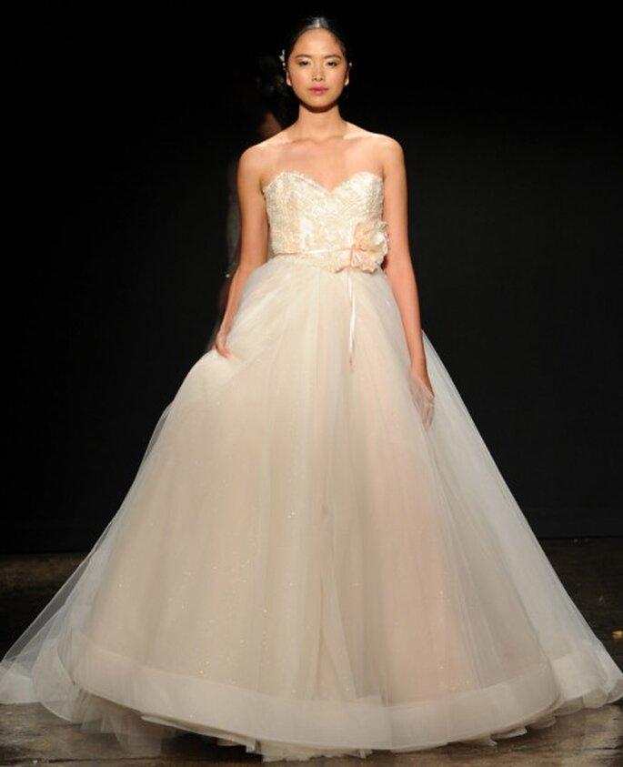 Vestido de novia corte princesa con escote corazón y detalle de flor al costado en color rosa oro - Foto Lazaro