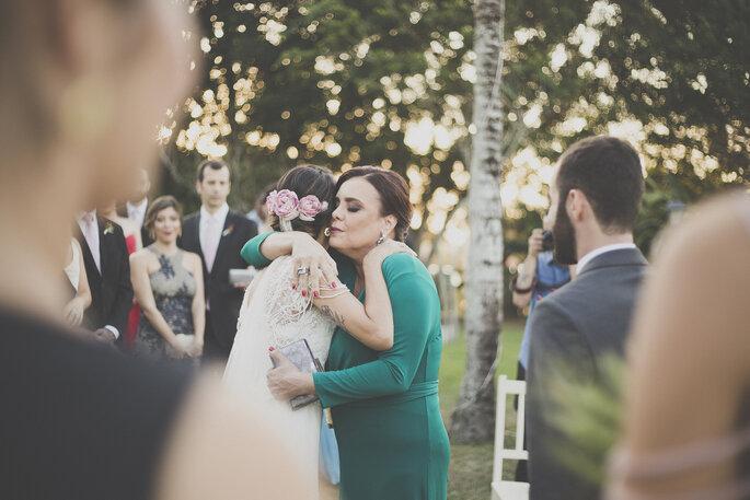Abraço noiva e mãe