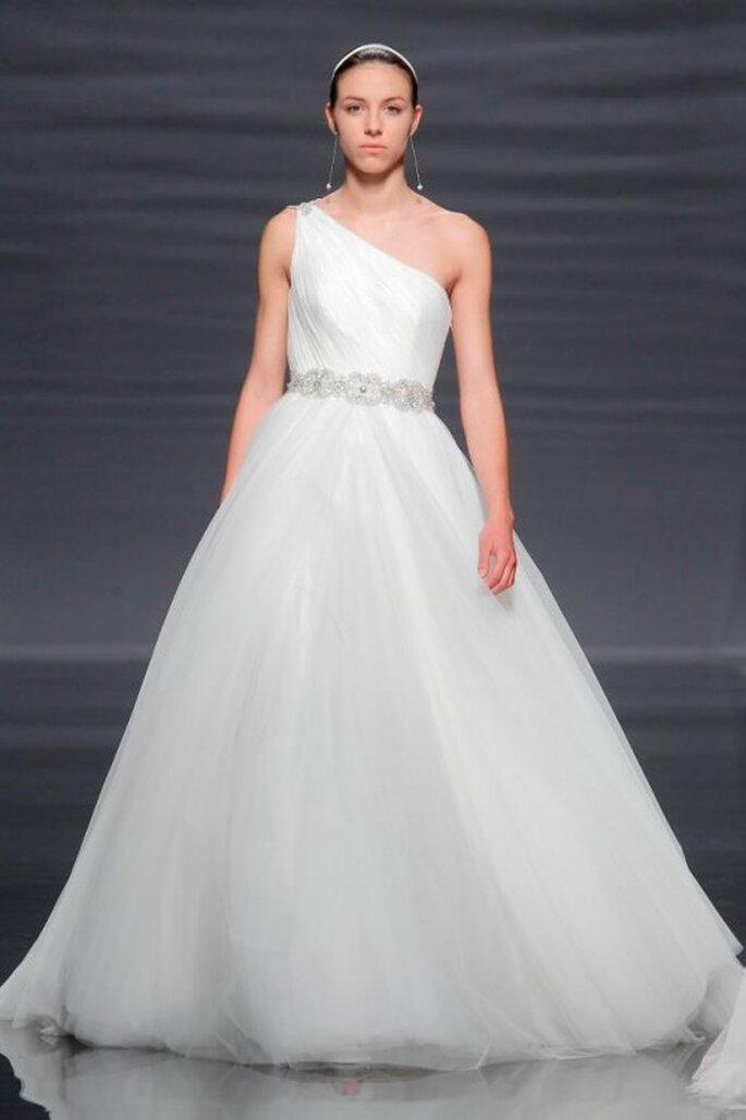 vestido de novia 2014 con escote asimétrico y fajín de pedrería - Foto Rosa Clará