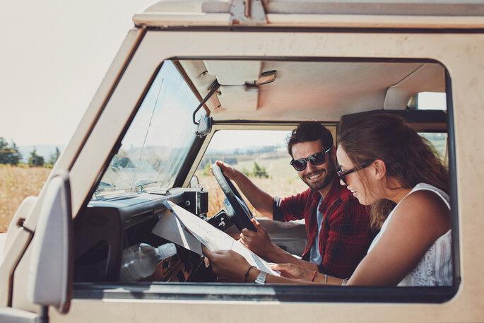 pareja feliz en viaje a carro