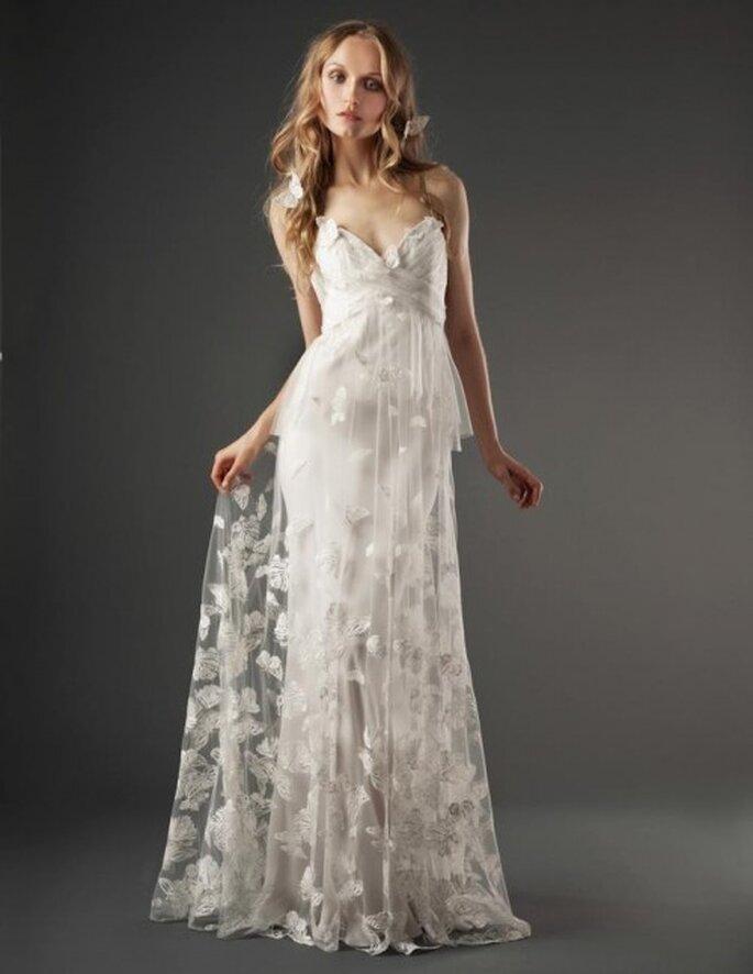 Vestido de novia romántico con escote profundo al frente y estampado de mariposas en el textil - Foto Elizabeth Fillmore