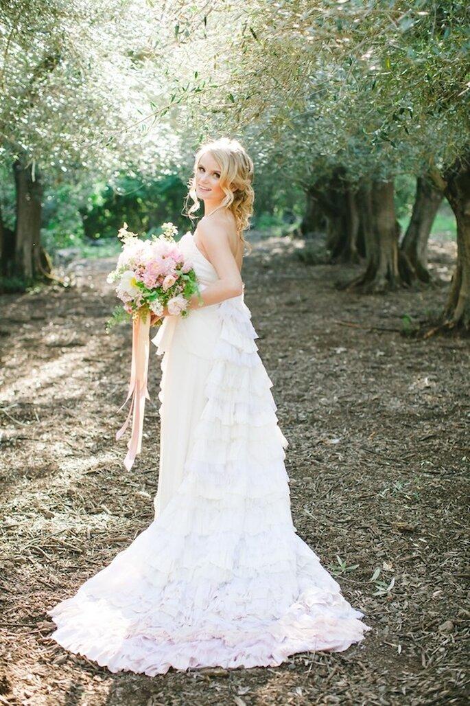 Nada más hermoso que un vestido de novia con cauda ombré en color rosado - Foto Avec L'Amour Photography