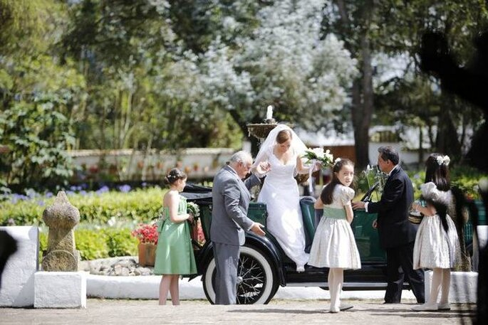 Los novios subiendo a un carro antiguo para llegar a la ceremonia. Foto: Artevisión Wedding Photography