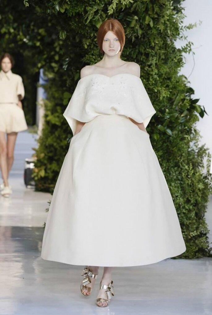 Vestido de novia con hombros descubiertos, mangas con volumen y falda con crinolina - Foto Delpozo