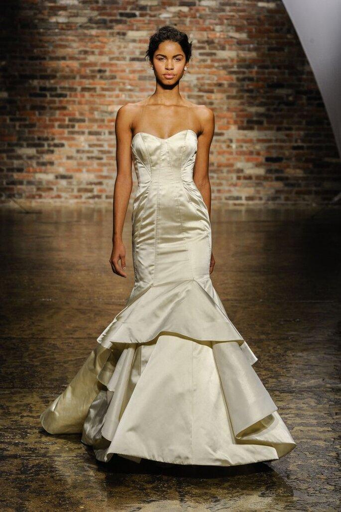 Vestido de novia corte sirena, escote corazón y falda con superposición de volúmenes - Foto Hailey Paige