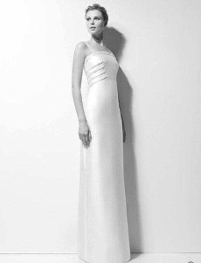 Karl Lagerfeld 2010 - Xara, vestido comprido em mikado com enfeites de jóias e decote alto