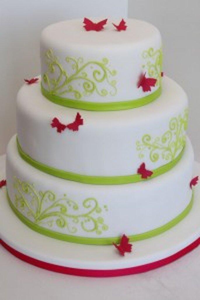 Verspielte Torte mit grünen Swirls und pinken Schmetterlingen