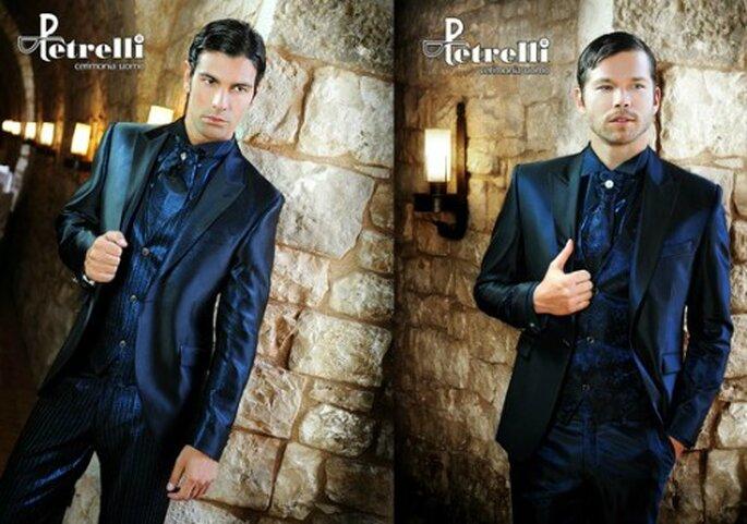 Due idee per lo sposo in colore blu, con effetto cangiante. Abiti Petrelli.