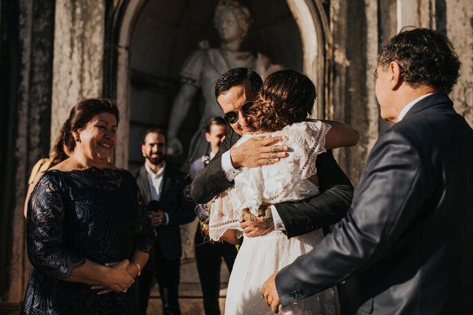 Abraço entre os noivos