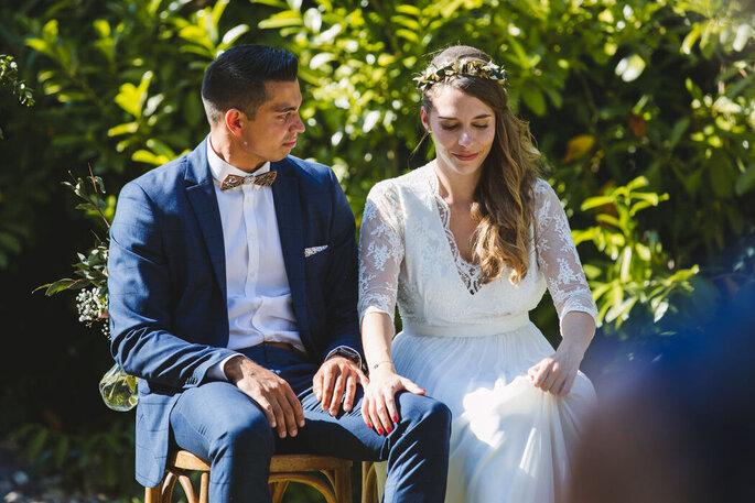 Les mariés assis face à leurs invités pendant la cérémonie laïque.