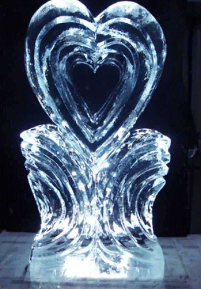 Eisskulptur in Herzform für die Hochzeitsfeier.