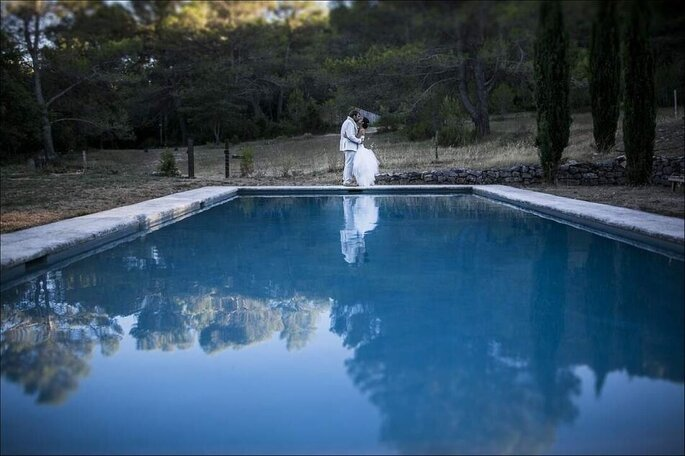 Des mariées, un mariage au bord d'une piscine à la campagne