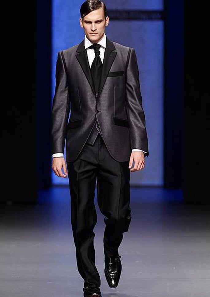 Vestido de novio en negro con contrastantantes texturas metálicas y mate. Diseño de Miquel Suay 2013. Foto: Cibeles Madrid Novias