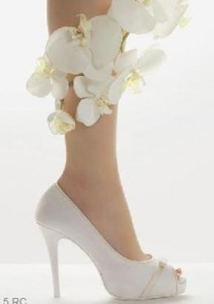 Chaussures ouvertes, détail noeud et couleur - Rosa Clará 2011