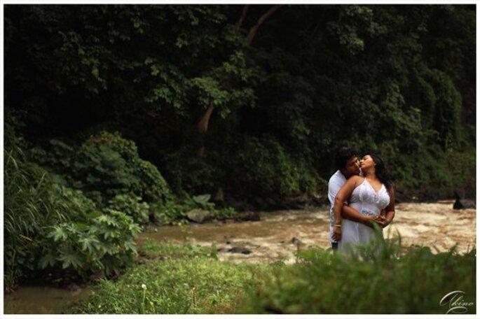 Pareja de novios en una foto de preboda cerca del rio - Foto Emmanuel Aquino