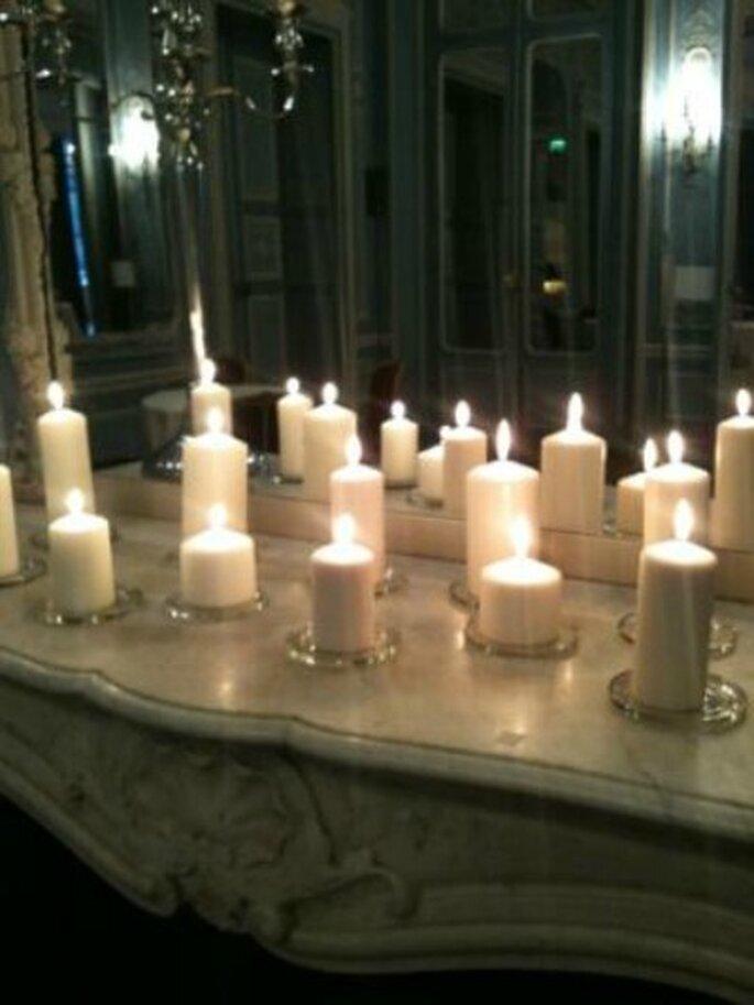 On joue avec les bougies pour une décoration chic et pas chère. - Crédit photo : Ceremonize
