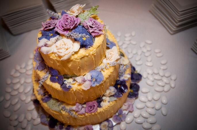Pastel con flores estilo rústico. Foto: JoeFoley Photography