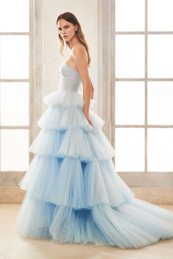vestido em azul degradé com folhos Oscar de la renta