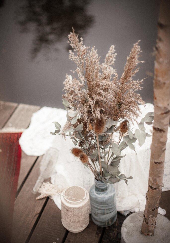 Ein Blick auf Blumendekoration im Vintage-Stil auf einem Bootssteg.