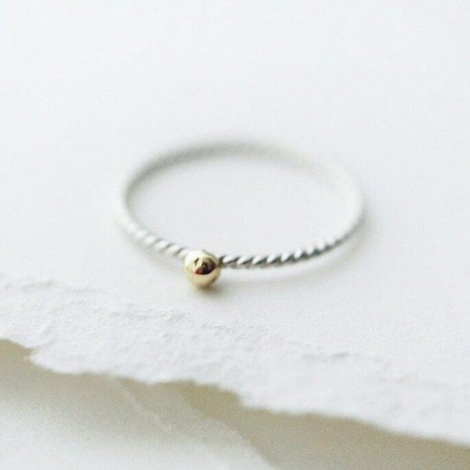 Avec sa large gamme de bagues, Etsy va faire craquer nombre de futures mariées. - Source : Minicyn & http://www.etsy.com/listing/71660271/golden-droplet-ring
