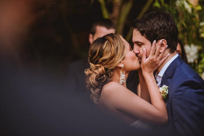 Novios besándose en la boda